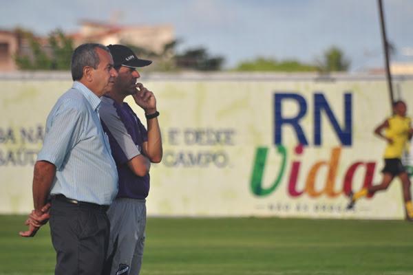 O médico do ABC, Roberto Vital, ao lado do preparador físico Flávio Paiva, observa o andamento dos treinos e dos jogadores alvinegros