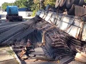 Carreta carregada com ferro tomba em curva em São José  (Foto: Vanguarda Repórter/Alex de Sena )