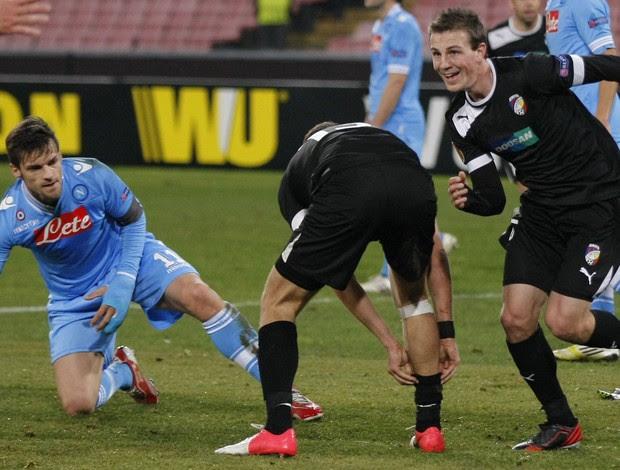 Vladimir Darida comemora gol do Vikoria Plsen sobre o Napoli (Foto: AFP)