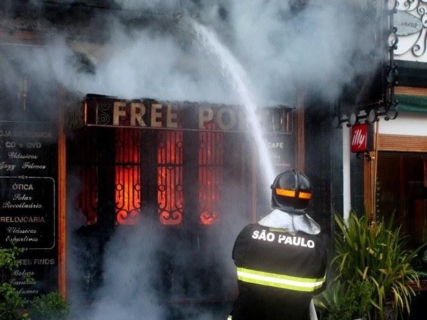 Incêndio destruiu loja na região central de Ilhabela neste sábado (8). (Foto: Caio Gomes/arquivo pessoal)