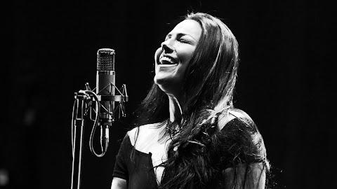 """[Revolver Magazine] Amy Lee de Evanescence acerca de sacar la voz, enfrentar la tragedia y dejar que """"el arte conduzca""""."""