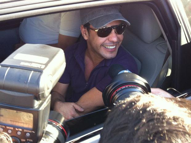 Zezé di Camargo deixou o hospital onde o irmão Luciano está internado (Foto: Vinicius Sgarbe/G1)