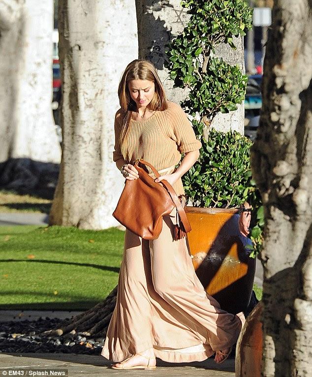 Glamorous: Amber Heard, a namorada de Johnny Depp, foi flagrado andando em Beverly Hills, Califórnia, na quarta-feira à procura chique e elegante