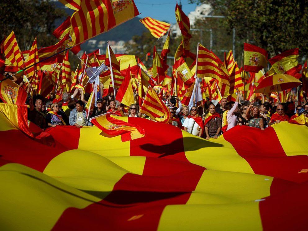 ΦΩΤΟ: Οι οπαδοί υπέρ της ενότητας συμμετέχουν σε διαδήλωση στο κέντρο της Βαρκελώνης, Ισπανία, 29 Οκτωβρίου 2017.