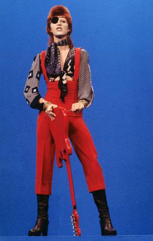 Bowie, vestido de pirata apocalíptico en una presencia televisa de 1974.