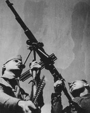"""Soldats du régiment de Palestine (les """"Buffs"""") de l'armée britannique, composé de volontaires de Palestine, lors d'exercices de DCA. Ce régiment fut le précurseur de la Brigade juive. Palestine, 14 octobre 1944."""