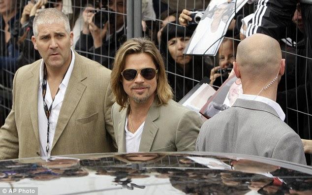 Causando um rebuliço: Hordas de espectadores foi à loucura quando ele saiu para o Festival de Cannes