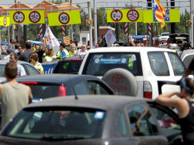 Protesta de los conductores, esta mañana, en la AP-7. EFE