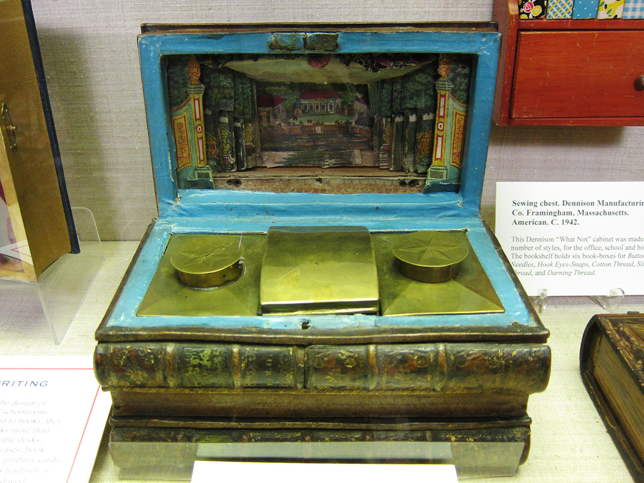 Writing or tea box with a paper theater (late 18th to mid-19th c.)