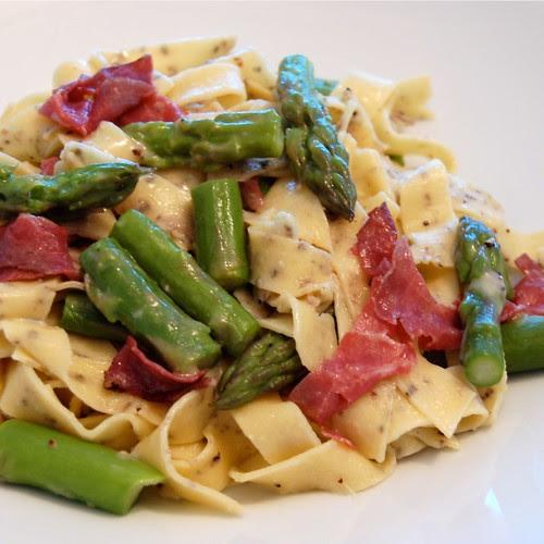 Pasta with asparagus, bresaola and smoked gouda