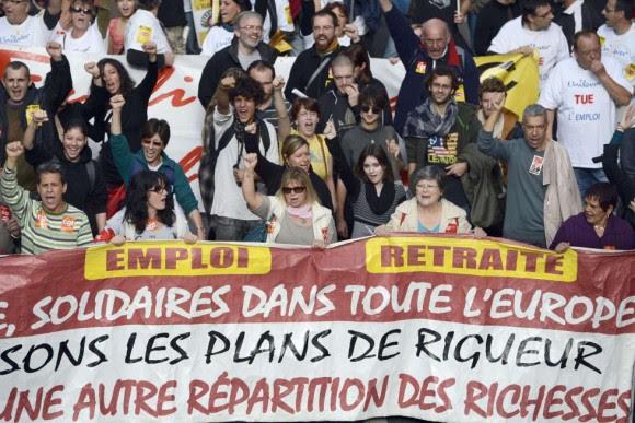 La gente asiste a una manifestación convocada por los sindicatos, en el marco de una jornada europea de protesta contra la austeridad en Marsella (Francia). Foto: AFP.