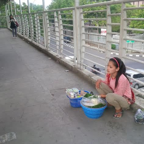 Turinih (18). Gadis asal Indramayu penjual gethuk.