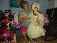 Carmen en su casa, siempre rodeada de muñecas de trapo.