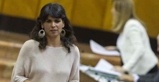 La líder andaluza de Podemos, Teresa Rodríguez (i), pasa ante Susana Díaz. (EFE)