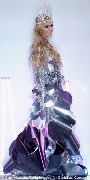 Coxa o limite: A celebridade loira também vestiu uma tiara imponente com um vestido de noiva de gola alta prateada para o grande final do show