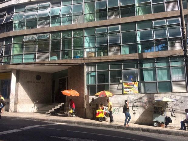 Dupla tentou assaltar estabelecimento comercial em um prédio da Rua Chile (Foto: Alan Oliveira/G1 Bahia)