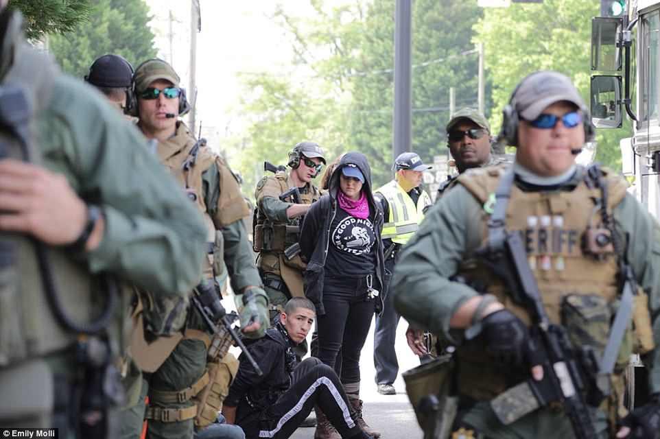 Temprano en el día, la policía arrestó a antifa por usar máscaras.  Hubo cientos de manifestantes opuestos al mitin de NSM