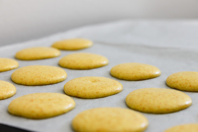gelbe Macarons vor dem Backen