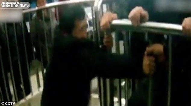 Χείρα βοηθείας: Η αστυνομία απελευθέρωσε τον άνθρωπο από προσεκτικά πριόνισμα μέσα από τις μεταλλικές ράβδους για να τον αφήσει έξω (που απεικονίζεται ανωτέρω)