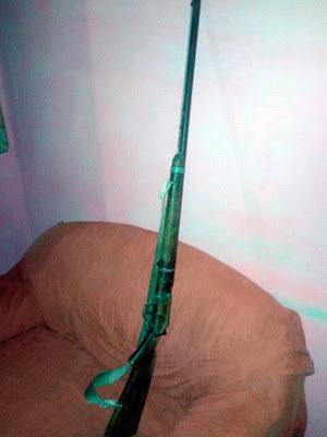 Espingarda encontrada na casa onde Maria Clara foi morta está com a polícia  (Foto: Divulgação/Polícia Militar do RN)