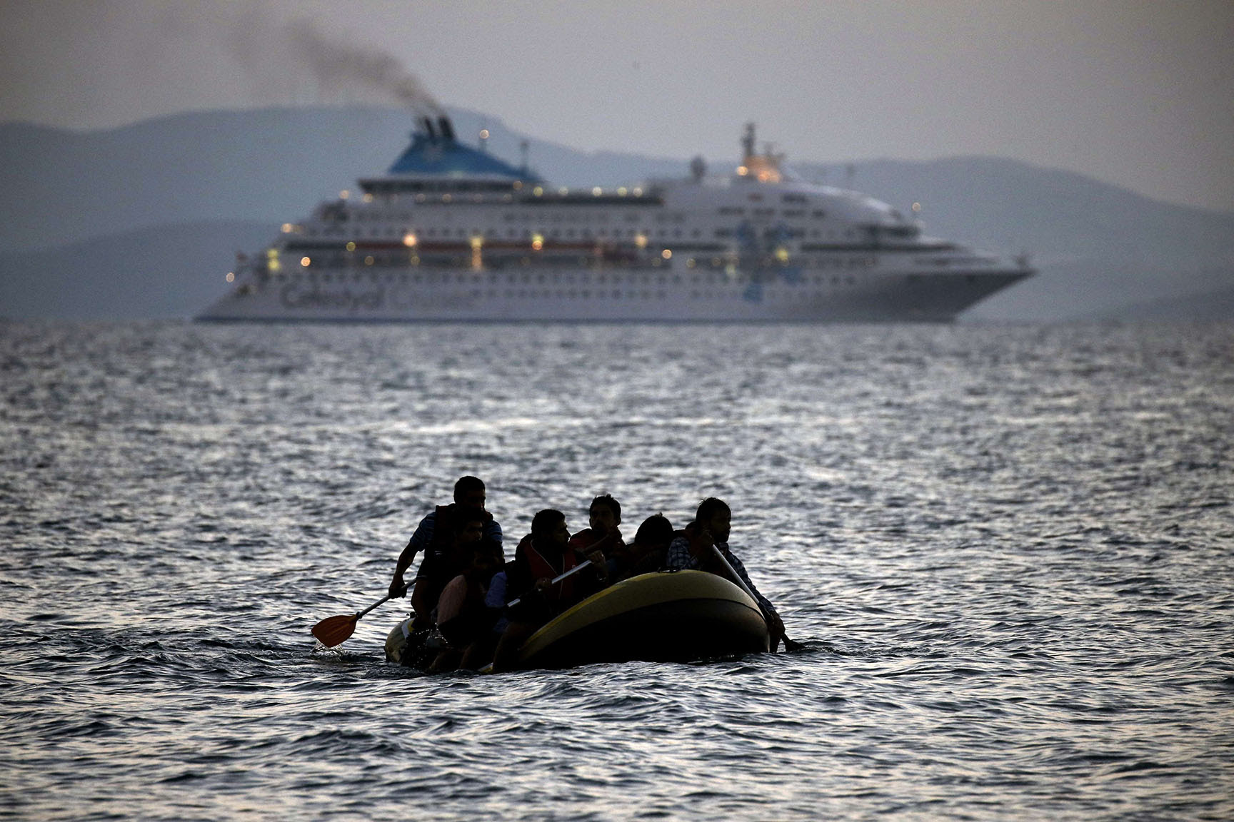 Migrants arrive on the shore