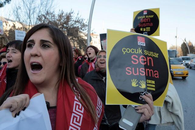 Plusieurs milliers de Turcs ont manifesté au cours... (Burhan Ozbilici, AP)