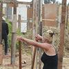 Sem-teto trabalham para erguer barraco em terreno invadido na zona sul