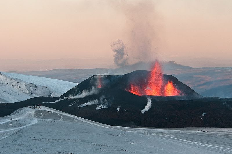 File:Eyjafjallajökull first crater  20100329.jpg