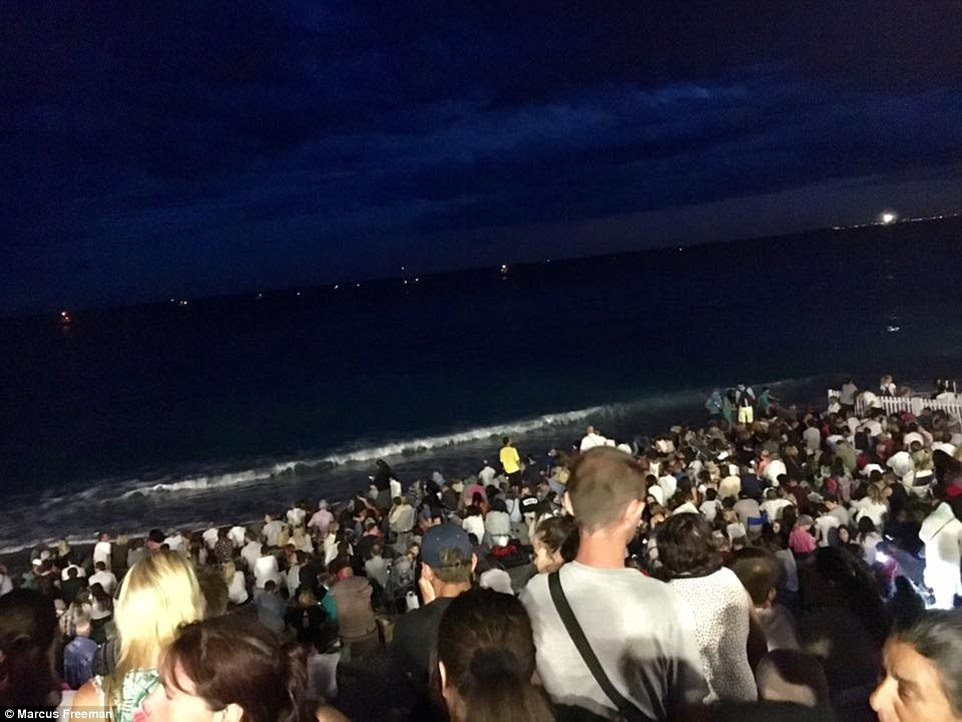 Milhares de pessoas estavam na praia à espera da queima de fogos para comemorar a tomada da Bastilha