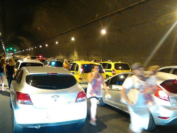Ocupantes de carros desenbarcaram dos veículos assustados; alguns carregavam crianças no colo (Foto: Zilmar Sebastião / Arquivo Pessoal)