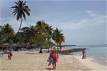 Turistas disfrutan en una playa del polo turístico de Guardalavaca, en la provincia de Holguín. Las divisas provenientes del turismo son uno de los instrumentos con que cuenta Cuba para paliar los efectos de la crisis de su economía.