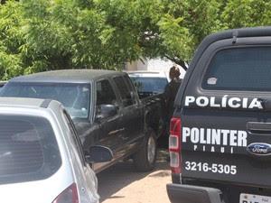 Cinco carros apreendidos, sendo três roubados e um caminhão (Foto: Fernando Brito/G1)