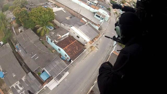 Do helicóptero, policiais atiram em traficantes armados na Favela do Rola, em Santa Cruz
