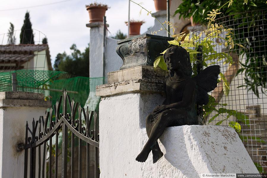 Скульптура ангела на калитке жилого дома в беницесе