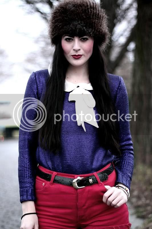 rote levis high waist shorts fellmütze vintage gürtel kroko lack