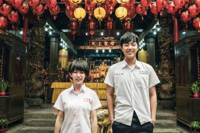 郭書瑤(左)、蔡凡熙(右)兩人一起演出充滿青春歡笑與感人淚水的 優質戲劇《通靈少女》。