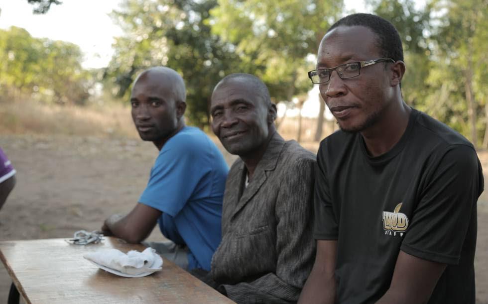 Muhammad Chingomanje (derecha), portavoz del grupo vecinal que protestó contra la expropiación de tierras y el oscurantismo en las compensaciones.