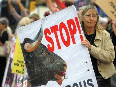 Una mujer sostiene una pancarta en contra del maltrato a los toros. MANU FERNÁNDEZ