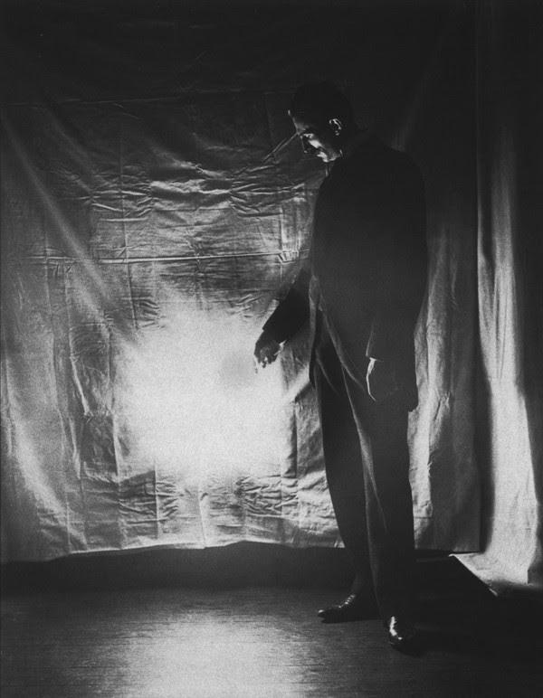 Fig. 2. - El Sr. Tesla y su maravillosa luz inalámbrica.