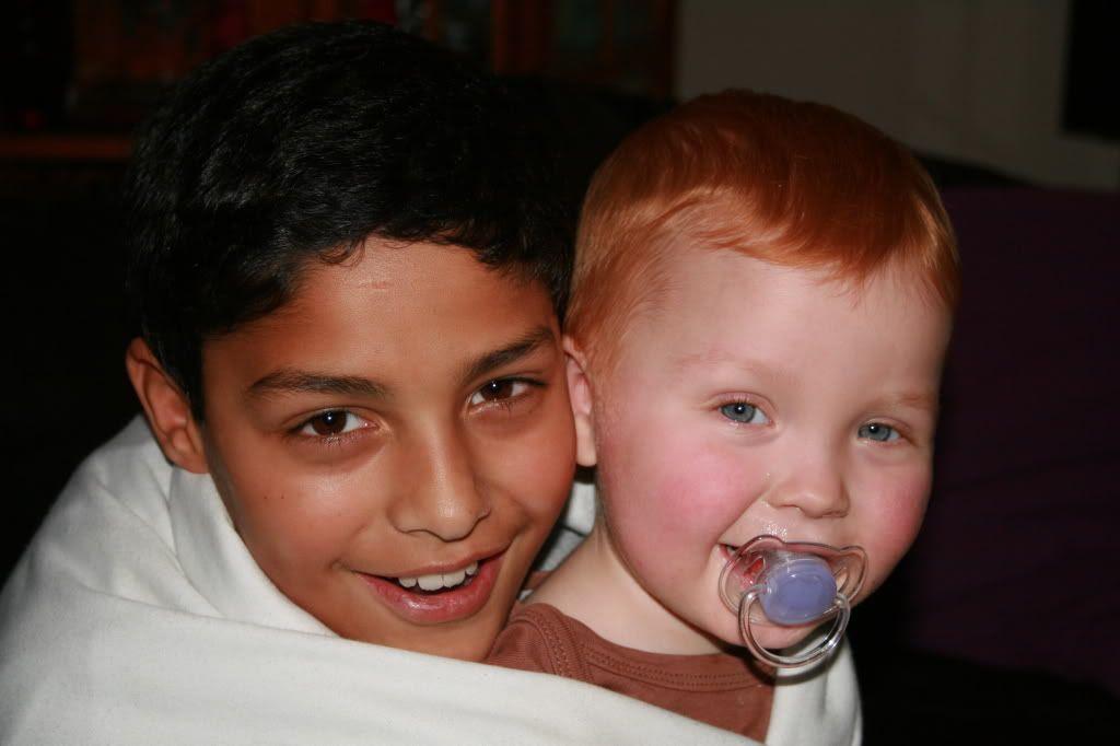 Storebror Patrick som koser med en syk lillebror Kevin