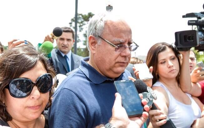 O ex-diretor da Petrobras Renato Duque deixa a sede da Polícia Federal em Curitiba, Paraná