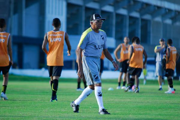Givanildo Oliveira, comandante do alvinegro, vai disputar seu primeiro clássico da temporada e confirmou o time com os titulares