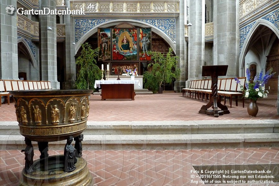 Marktkirche, Altarraum mit Taufbecken