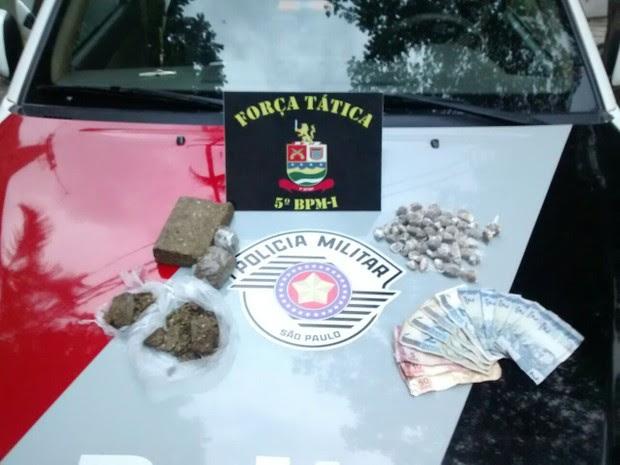 Polícia apreendeu porções de maconha e dinheiro (Foto: Divulgação/Polícia Militar)