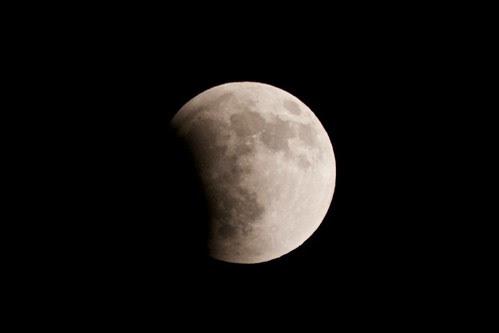 月が食べられていく