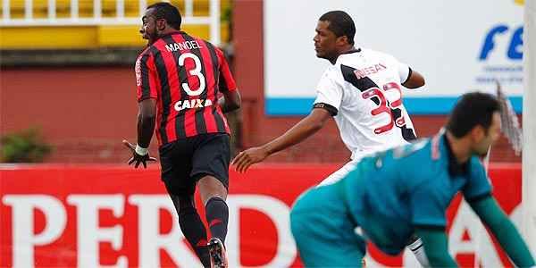 Zagueiro Manoel, do Furacão, comemora um dos cinco gols marcados sobre o Vasco (Albari Rosa / Agencia de Noticias Gazeta do Povo)