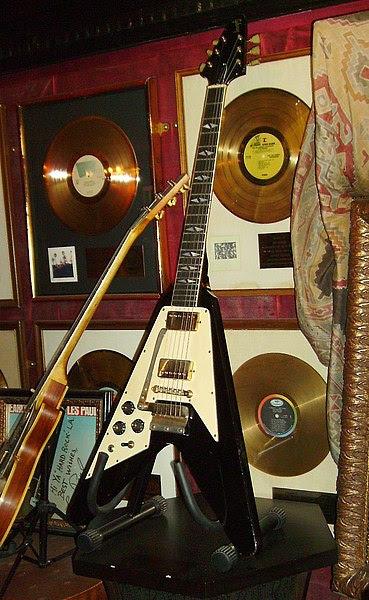 Ficheiro:Jimi Hendrix's Flying V Gibson Guitar.jpg