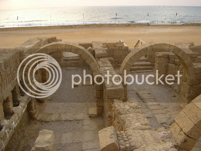 בית המרחץ העתיק בקיסריה על רקע חוף הים