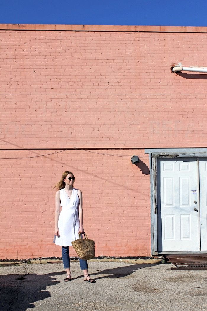 White Linen Top Summer Outfit Inspiration Eileen Fisher Style Sunglasses Cropped Denim Basket Bag Flat Sandals Minimal Look Pink Wall Kilgore Texas Le Fashion Blog
