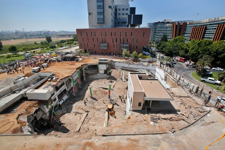 Israeli medics and emergency units work at a construction site where an underground car park collapsed on September 5, 2016 in the Ramat Hahayal neighbourhood of Tel Aviv (AFP PHOTO / GIL COHEN-MAGEN)
